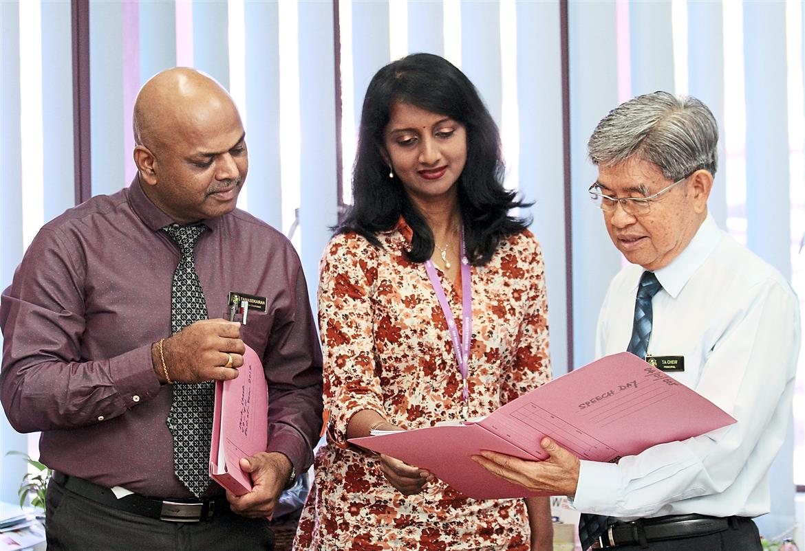 Sri KL's principal Chew briefing his senior assistants R. Thanasekaran Ramaiya (left) and S. Kamala Devi.