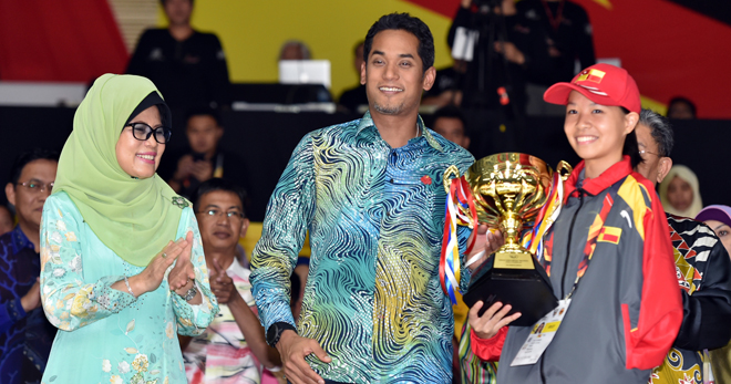 Khairy presents the Best Female Athlete award to Carmen Lim of Selangor.